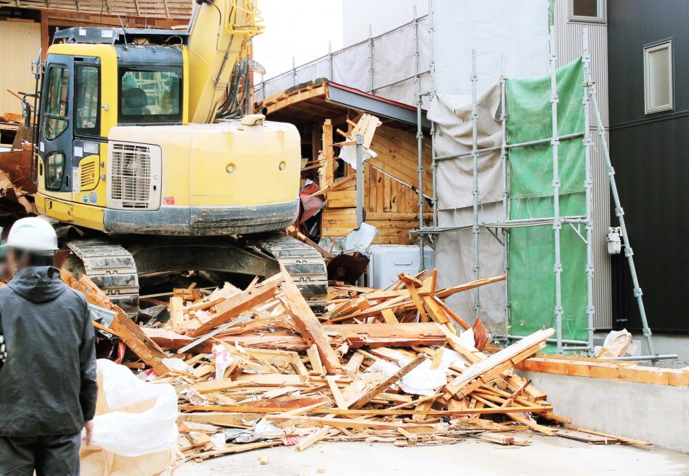 雨の日の解体工事